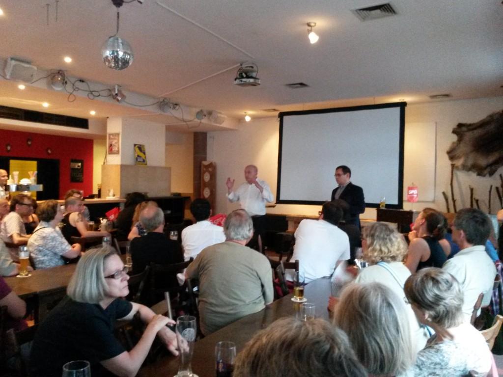 OB Joachim Wolbergs diskutiert mit den BewohnerInnen der Altstadt
